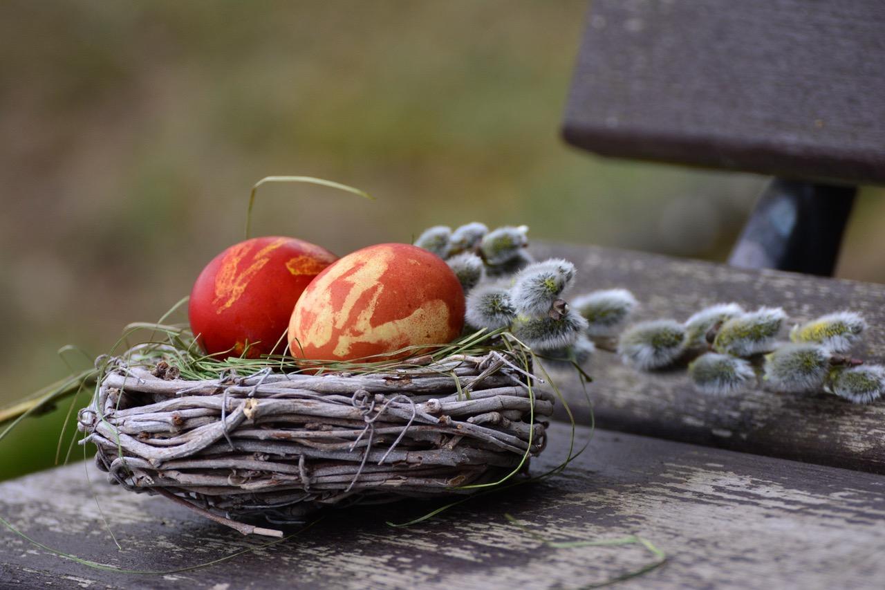 Oua de Pasti decorate cu frunze