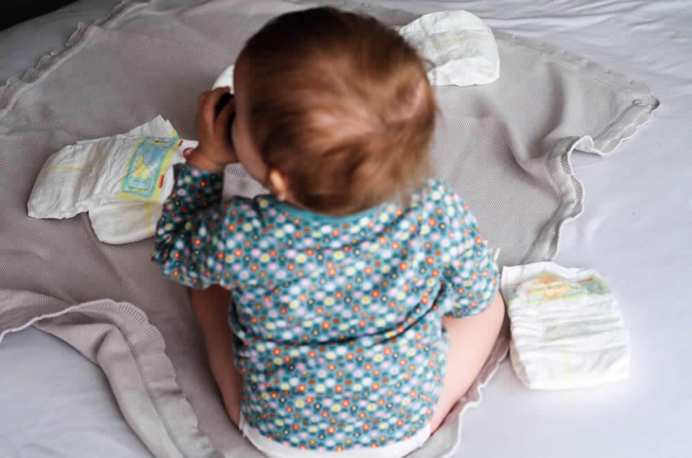 Mama si bunica stau de vorba despre ingrijirea bebelusilor – despre atunci si acum
