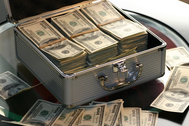 Banii, bată-i vina! E totul în viață despre bani?